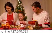 Купить «happy family having christmas dinner at home», видеоролик № 27540381, снято 17 января 2018 г. (c) Syda Productions / Фотобанк Лори