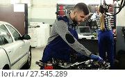 Купить «Man master is choosing instruments for work in workshop.», видеоролик № 27545289, снято 17 января 2018 г. (c) Яков Филимонов / Фотобанк Лори