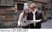Купить «Smiling couple man and woman in the historic center with map in autumn», видеоролик № 27545301, снято 27 ноября 2017 г. (c) Яков Филимонов / Фотобанк Лори