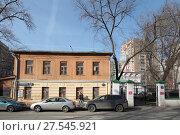 Купить «Москва, дом с каменным низом в Гагаринском переулке», эксклюзивное фото № 27545921, снято 9 апреля 2017 г. (c) Дмитрий Неумоин / Фотобанк Лори