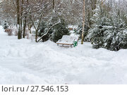 Купить «Benches in park after a snowfall in winter.», фото № 27546153, снято 31 января 2018 г. (c) Володина Ольга / Фотобанк Лори