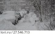 Купить «Row of snow-covered cars along the sidewalk near house. Moscow, Russia», видеоролик № 27546713, снято 4 февраля 2018 г. (c) Володина Ольга / Фотобанк Лори