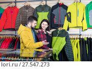 Buyers discuss buying a windcheaters. Стоковое фото, фотограф Яков Филимонов / Фотобанк Лори
