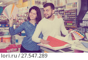 Купить «Couple examining various decorative materials», фото № 27547289, снято 9 марта 2017 г. (c) Яков Филимонов / Фотобанк Лори