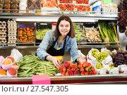 Купить «Girl seller is showing assortment», фото № 27547305, снято 18 марта 2017 г. (c) Яков Филимонов / Фотобанк Лори