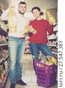 Купить «Young couple selecting vegetable oil», фото № 27547381, снято 14 марта 2017 г. (c) Яков Филимонов / Фотобанк Лори