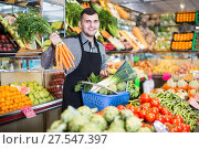 Купить «Male seller helping to choose», фото № 27547397, снято 18 марта 2017 г. (c) Яков Филимонов / Фотобанк Лори
