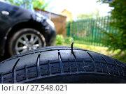 Купить «Гвоздь в шине автомобильного колеса», фото № 27548021, снято 28 мая 2017 г. (c) Анатолий Заводсков / Фотобанк Лори