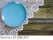 Купить «Синяя пустая тарелка на старом столе. Вид сверху. Диагональ.», фото № 27549317, снято 9 августа 2017 г. (c) ирина реброва / Фотобанк Лори