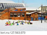 Купить «Сочи, горнолыжный курорт Роза Хутор. Обучение детей катанию на горных лыжах. Разминка у кафе», фото № 27563073, снято 26 января 2018 г. (c) Овчинникова Ирина / Фотобанк Лори