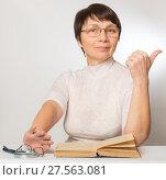 Купить «Пожилая женщина довольна новыми очками», фото № 27563081, снято 5 февраля 2018 г. (c) Юлия Бабкина / Фотобанк Лори