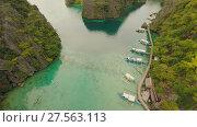 Купить «Very beautyful lagoon with boats. Paradise islands in Philippines. Kayangan Lake.», видеоролик № 27563113, снято 4 февраля 2018 г. (c) Mikhail Davidovich / Фотобанк Лори
