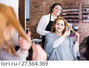 Female client is showing to haircutter at what length to cut hair. Стоковое фото, фотограф Яков Филимонов / Фотобанк Лори