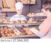 Купить «Woman offering deserts in the pastry shop», фото № 27564393, снято 26 февраля 2020 г. (c) Яков Филимонов / Фотобанк Лори