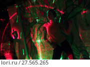 Купить «Танцы с инструктором на свободной площадке свете софитов», эксклюзивное фото № 27565265, снято 4 февраля 2018 г. (c) Дмитрий Неумоин / Фотобанк Лори