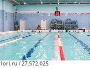Купить «Детские группы по плаванию занимаются с тренером в бассейне», фото № 27572025, снято 24 декабря 2017 г. (c) Кекяляйнен Андрей / Фотобанк Лори