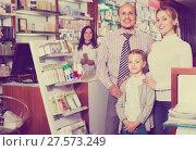 Купить «Family in a pharmacy», фото № 27573249, снято 13 ноября 2019 г. (c) Яков Филимонов / Фотобанк Лори