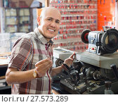 Купить «Professional key cutter making door keys copies», фото № 27573289, снято 18 августа 2018 г. (c) Яков Филимонов / Фотобанк Лори