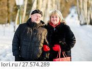 Счастливая пара. Симпатичные мужчина и женщина зимой на улице стоят в обнимку. Стоковое фото, фотограф Игорь Низов / Фотобанк Лори