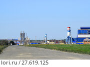 Купить «Access road to the big plant for processing scrap metal», фото № 27619125, снято 16 октября 2019 г. (c) PantherMedia / Фотобанк Лори