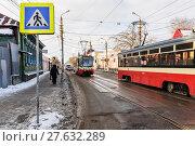 Купить «Город Тула. Трамваи едут по улице Коминтерна зимним днём», эксклюзивное фото № 27632289, снято 22 января 2018 г. (c) Игорь Низов / Фотобанк Лори