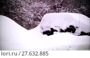 Купить «Cars covered with snow in a residential area of Moscow», видеоролик № 27632885, снято 7 февраля 2018 г. (c) Aleksandr Lutcenko / Фотобанк Лори