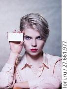 Купить «Девушка демонстрирует  пустой бланк», фото № 27661977, снято 9 февраля 2018 г. (c) Юрий Викулин / Фотобанк Лори