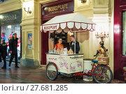 Купить «Торговая велотележка Bosco Cafe в ГУМе», фото № 27681285, снято 9 февраля 2018 г. (c) Алёшина Оксана / Фотобанк Лори