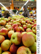 Купить «Fruit trading in the store», фото № 27697389, снято 23 января 2018 г. (c) Андрей Шалари / Фотобанк Лори