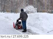Купить «Дворник чистит снег на дороге с помощью мотоблока», эксклюзивное фото № 27699225, снято 11 февраля 2018 г. (c) Юрий Морозов / Фотобанк Лори