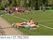 Field lacrosse. Соревнование по лакроссу на траве. Лахти, Финляндия. Уставшие зрители (2013 год). Редакционное фото, фотограф Валерия Попова / Фотобанк Лори