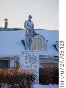 Купить «Пермский край. Кунгур. Скульптура В.И.Ленин», эксклюзивное фото № 27705129, снято 5 января 2018 г. (c) Литвяк Игорь / Фотобанк Лори