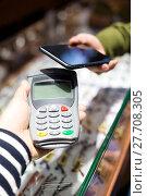 Купить «Woman pay with mobile phone by NFC», фото № 27708305, снято 2 июля 2020 г. (c) PantherMedia / Фотобанк Лори