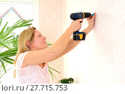 Купить «blond woman redecorate home and working with cordless screwdriver», фото № 27715753, снято 25 мая 2018 г. (c) PantherMedia / Фотобанк Лори
