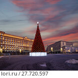 Купить «Christmas (New Year holidays) decoration Lubyanskaya (Lubyanka) Square in the evening, Moscow, Russia. Inscription in Russian - Moscow 2018, happy new year», фото № 27720597, снято 9 января 2018 г. (c) Владимир Журавлев / Фотобанк Лори