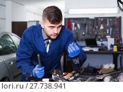 Master looking on tools for repair. Стоковое фото, фотограф Яков Филимонов / Фотобанк Лори