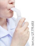 Купить «girl inhales with mouthpiece of jet nebuliser», фото № 27775653, снято 24 мая 2018 г. (c) PantherMedia / Фотобанк Лори