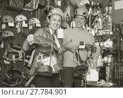 Купить «Athletes chooses climbing equipment», фото № 27784901, снято 25 октября 2017 г. (c) Яков Филимонов / Фотобанк Лори