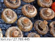 Купить «White champignons mushrooms on grill», фото № 27789445, снято 17 июля 2019 г. (c) PantherMedia / Фотобанк Лори