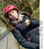 Купить «preteen with roller skate helmet, eat an apple», фото № 27792797, снято 26 июня 2019 г. (c) PantherMedia / Фотобанк Лори