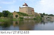 Купить «Вид на замок Германа августовским днем. Нарва, Эстония», видеоролик № 27812633, снято 12 августа 2017 г. (c) Виктор Карасев / Фотобанк Лори
