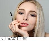 Купить «Young blonde woman holding brow brush», фото № 27814481, снято 4 мая 2017 г. (c) Людмила Дутко / Фотобанк Лори