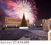 Купить «Fireworks over the Christmas (New Year holidays) decoration Lubyanskaya (Lubyanka) Square in the evening, Moscow, Russia», фото № 27814689, снято 4 января 2018 г. (c) Владимир Журавлев / Фотобанк Лори