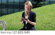 Купить «Business woman in suit using a tablet computer outdoor», видеоролик № 27825949, снято 16 июля 2015 г. (c) Алексей Кузнецов / Фотобанк Лори