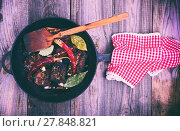 Купить «Cooked pork ribs on a black cast-iron frying pan with a handle», фото № 27848821, снято 22 июля 2019 г. (c) easy Fotostock / Фотобанк Лори