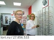 Купить «Довольная девушка в новых очках в салоне оптики», фото № 27856533, снято 14 февраля 2018 г. (c) Виктор Карасев / Фотобанк Лори