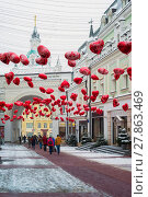 Купить «Moscow, Russia - February 11, 2018. Tretyakov Passage decorated with balloons in shape of hearts for Valentine Day», фото № 27863469, снято 11 февраля 2018 г. (c) Володина Ольга / Фотобанк Лори