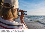 Купить «Woman takes a picture on the smartphone», фото № 27870233, снято 8 июня 2017 г. (c) Знаменский Олег / Фотобанк Лори