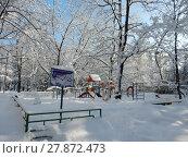 Купить «Детская игровая площадка после снегопада во дворе жилых домов на 3-ей Парковой улице. Район Северное Измайлово. Москва», эксклюзивное фото № 27872473, снято 6 февраля 2018 г. (c) lana1501 / Фотобанк Лори