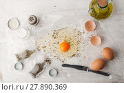 Купить «Broken egg with herbs mix and olive oil», фото № 27890369, снято 17 июня 2019 г. (c) PantherMedia / Фотобанк Лори